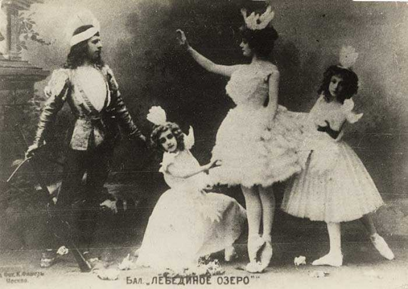 Adelaide Giuri as Odette and Mikhail Mordkin as Prince Siegfried with two unidentified children as Little Swans in Alexander Gorsky's staging of the Petipa/Ivanov Swan Lake for the Bolshoi Theatre, Moscow, 1901